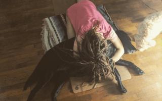 Собака занимается йогой с хозяином ютуб. Даже этот пес занимается йогой. Не то что ты